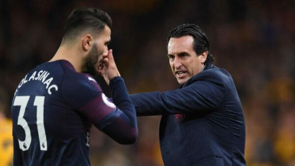 Unai Emery the Arsenal Head Coach talks to Sead Kolasinac during the Premier League match between Wolverhampton Wanderers and Arsenal FC